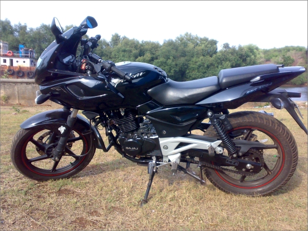 pulsar 220 s The show gives a comparative performance analysis of bajaj pulsar 220 and yamaha yzf r15 initial pick up and top steep gets pulsar 220 comfortably home.